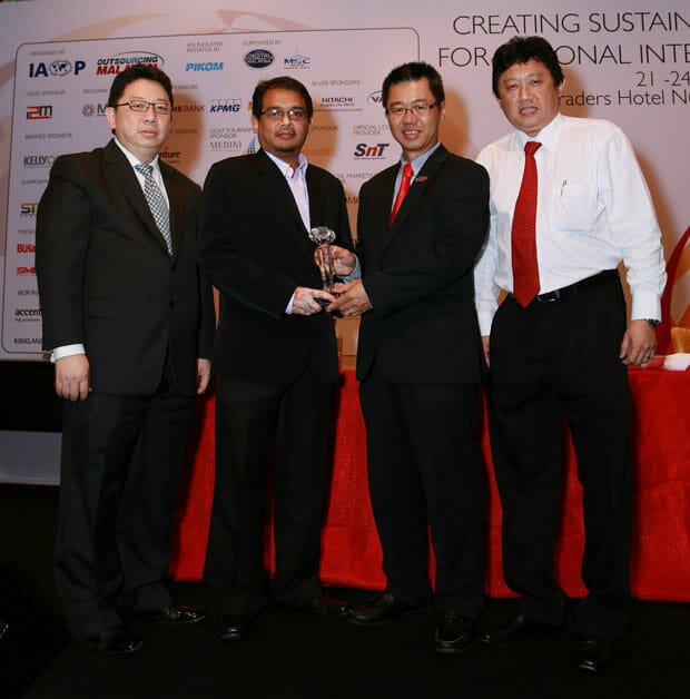 IBM-Malaysia-wins-the-Information-Technology-Operations-(ITO)-Project-of-the-year-at-the-Outsourcing-Malaysia-Excellence-Awards1