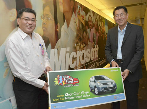 """Khor Chin Ghee, the winner of Nissan Grand Livina, the grand prize of Microsoft's """"Great Family Time"""" contest and Sunny Ooi, Microsoft Malaysia, Consumer Channels Group Director."""