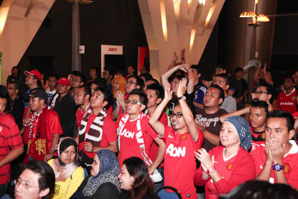 Manchester United Fans Watch Nervously As Their Team Go Against The Mighy Reds