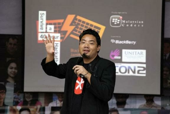 Muhd Shukri Md Saad Developer Group Manager of BBMYCoders presenting on aspects of coding for BlackBerry 10