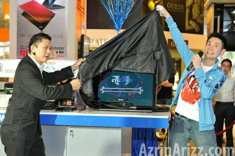 Wacky host Ben unravelling the 3D LED monitor with Samsung's Mr. Chew Koon Ming.