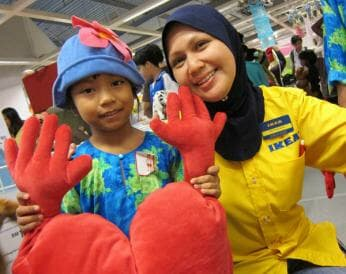 roszalena-mashurdin-store-manager-of-ikea-damansara-pleased-to-see-a-happy-kid-in-receiving-toy-lr